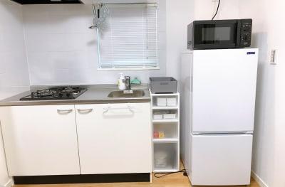 冷蔵庫・電子レンジ(オーブンレンジに変更しました)です。ご自由にお使いください。 - ルームス 多目的スペースの設備の写真