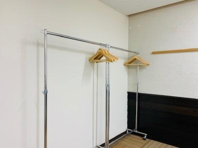 ハンガーラック(ハンガー20本) - 埼玉カンファレンスセンター 【浦和:八千代ビル】102号室の設備の写真