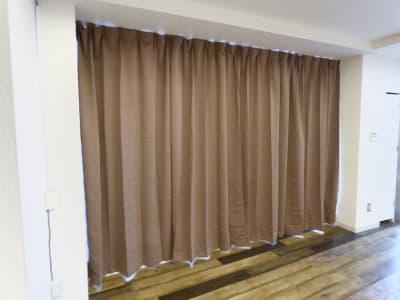 大型窓に遮光カーテンを設置。適宜ご利用下さい。 - レンタルスタジオ リバティ西中島 新大阪から1駅/駅から一直線の設備の写真