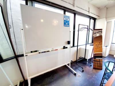 ホワイトボード・ハンガーラック・全身鏡 - マイトランク渋谷2 マイトランク渋谷2の設備の写真
