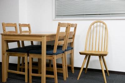 テーブルセットは無料、右の椅子は撮影用のため有料となります。 - フォトスタジオ オリーブ 撮影スタジオの設備の写真