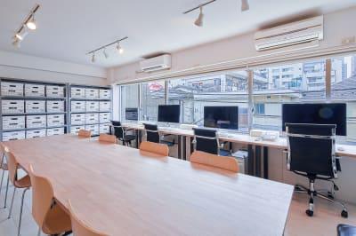 セッティング例:天板2台/ 事務所イメージ - 西麻布撮影スタジオ 六本木駅近 レンタルスタジオ&ワークスペースの室内の写真