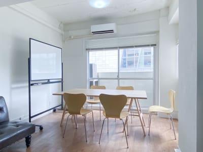 セッティング例:天板1台・ホワイトボード・椅子5脚/ 打合せイメージ - 西麻布スタジオ 六本木ヒルズ前 レンタルスタジオ&ワークスペースの室内の写真