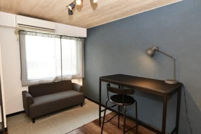 集中力が高まるブルー系の壁紙を使用。  - レンタルルーム・CHICAGO 208の室内の写真