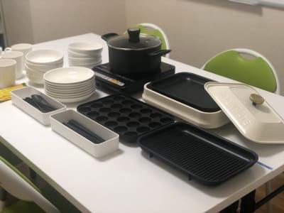 ホットプレート 鍋 IHヒーター 平皿x8 丸皿x8 箸、スプーンx8 マグカップx8 - JK Room 上野駅前店 パーティースペースの室内の写真