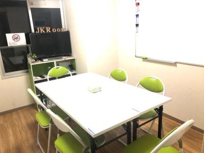 椅子x6 椅子x2 テーブルx2(1500x450) - JK Room 上野駅前店 パーティースペースの室内の写真