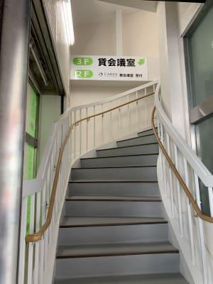 金太郎さんと共用の入り口すぐ左に階段があります。 - 貸会議室 AI貸会議室の入口の写真