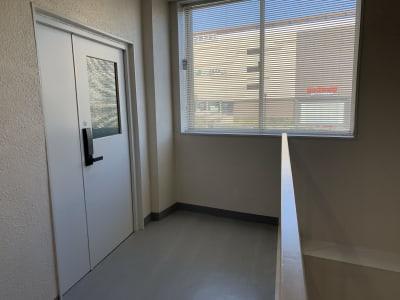 階段を上がって3Fが会議室入口です。 - 貸会議室 AI貸会議室の入口の写真