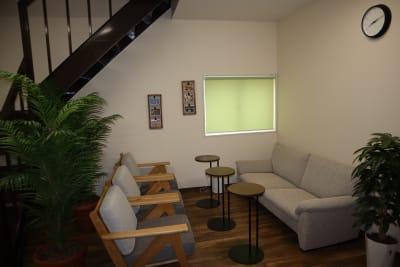 シェアオフィスippo 会議室の室内の写真
