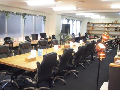仕切りがないので圧迫感のない広々とした空間です。 - ROUGHLABO TECH扇町 オフィススペースの室内の写真