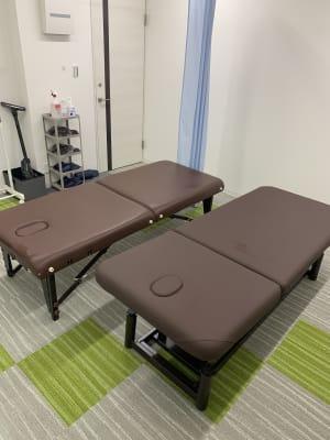 施術ベッドの二つ設置できます❗️ - 関内レンタルサロンyou 整体・マッサージ・エステの室内の写真