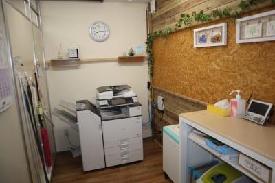 シェアオフィスippo 執務室 1~2人用の設備の写真