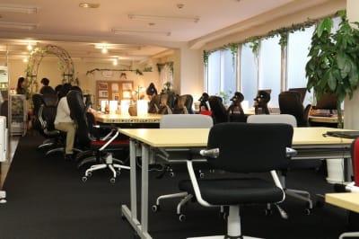 室内奥(本棚側)からの眺め - ROUGHLABO TECH扇町 オフィススペースの室内の写真