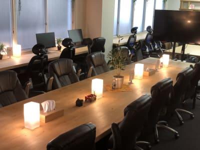 間接照明の灯る落ち着いた雰囲気。 - ROUGHLABO TECH扇町 オフィススペースの室内の写真