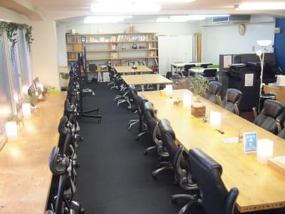 中央に長テーブルがあり、開放的な室内。 - ROUGHLABO TECH扇町 オフィススペースの室内の写真