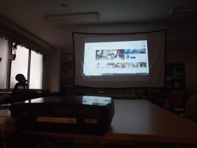 スクリーンも設置可能! - ROUGHLABO TECH扇町 オフィススペースの設備の写真
