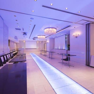 プロジェクター・スクリーン・マイク・音響などの利用可能 - 丸の内レンタルスペース貸し会議室 東京駅丸の内会議室の室内の写真