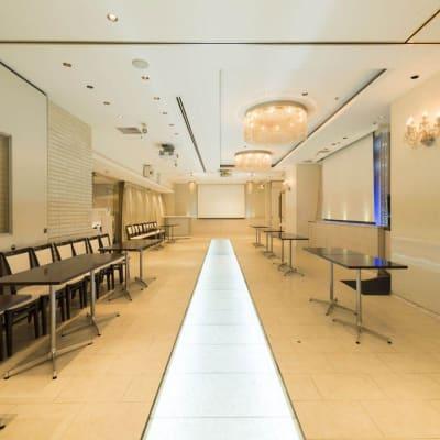 通常150名様入る部屋をソーシャルディスタンスをもってご提供もできます。 - 丸の内レンタルスペース貸し会議室 東京駅丸の内会議室の室内の写真
