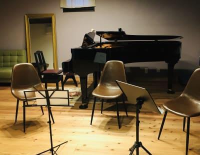 合奏の場合の参考レイアウトです。演奏者がこれ以上の人数の場合はサロン側にはみ出る形になります。 - 小坪ピアノ室 ピアノ室・サロン(4名様まで)の室内の写真