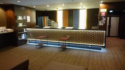 フロント(2階)でお手続きをお願いいたします - ホテルウィング名古屋 1階 会議室3の入口の写真