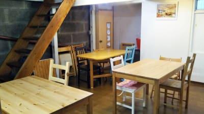 テーブル 3セット 12人程度着席できます - Domahouse フリースペースの室内の写真