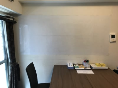 壁が大きなホワイトボードになっております。 - KAEDE~楓~ 定期清掃清潔。お一人様もご利用可の室内の写真