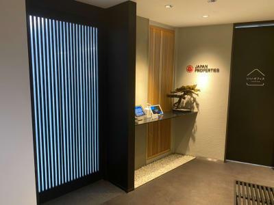 社内入口、こちらにipadがございますのでお呼び出しください。 - ジャパン・プロパティーズ株式会社 六本木JP6名会議室の入口の写真