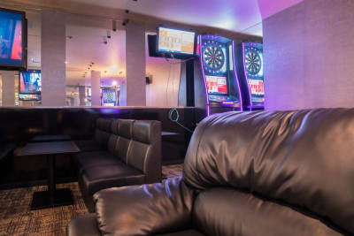 高級感のあるソファー - Bar B-LUCK BERRY 各種イベント会場の室内の写真