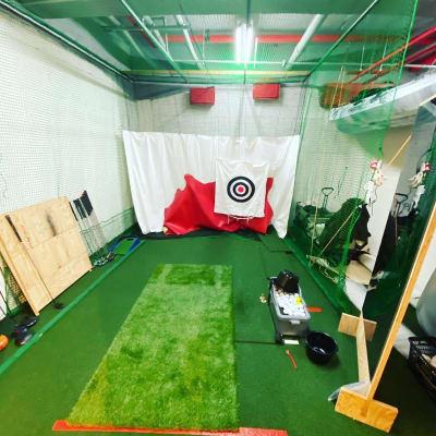 ゴルフスペースでは、弾道測定機スカイトラックを使って、プライベート練習が出来ます - MON基地ベース フリースペース 貸しスタジオの室内の写真