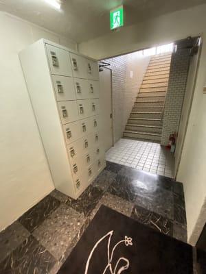 お好きな暗証番号4桁を選べるロッカーもございます - MON基地ベース フリースペース 貸しスタジオの室内の写真