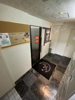 地下1階エントランス 月のマーク(笑) - MON基地ベース フリースペース 貸しスタジオの室内の写真