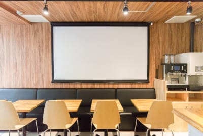 100インチスクリーン完備でミーティングは快適。 - Feel Osaka Yu ホテルの1Fカフェスペースの室内の写真