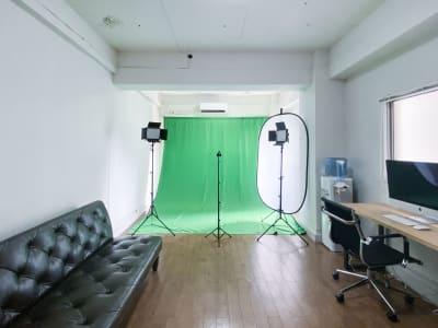 セッティング例:グリーンバック・常灯ライト/ユーチューバー用イメージ - 西麻布スタジオ 六本木ヒルズ前 レンタルスタジオ&ワークスペースの室内の写真