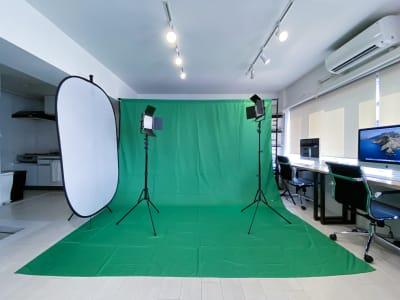 セッティング例:グリーンバック・常灯ライト/ユーチューバー用イメージ - 西麻布撮影スタジオ 六本木駅近 レンタルスタジオ&ワークスペースの室内の写真