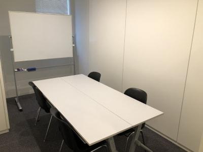 レアルコンサルティング株式会社 会議室1の室内の写真