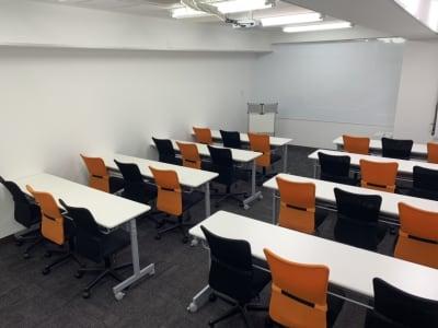 新宿・渋谷・代々木エリア 激安会議室 - ONE DAY OFFICE TOKYO 窓が開けれる会議室の室内の写真