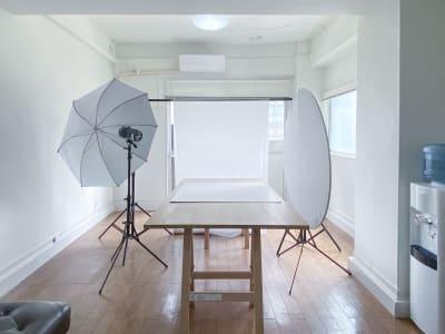 セッティング例:天板1台・ストロボ/商品撮影イメージ - 西麻布スタジオ 六本木ヒルズ前 レンタルスタジオ&ワークスペースの室内の写真