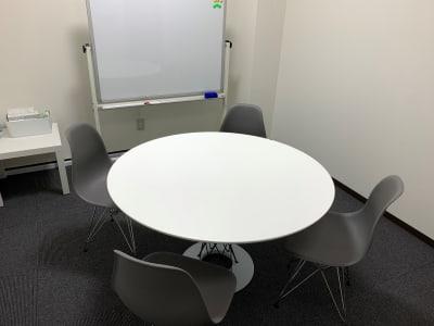 デザイナーズの家具がはいっております。ノグチイサムのサイクロンテーブルとイームズチェアです。 - L&Cスペース日本橋駅前 B号室の室内の写真