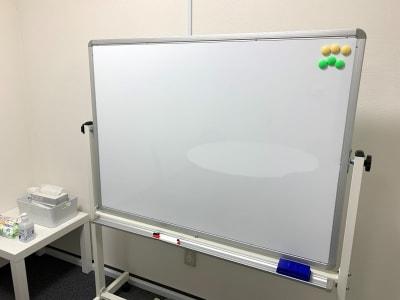 両面使いできるホワイトボードがあります。 - L&Cスペース日本橋駅前 B号室の設備の写真