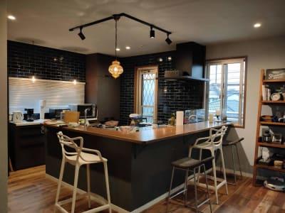 バーカウンター L型オープンキッチン - おうちカフェ sima sima 女子会スペースの室内の写真