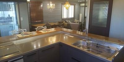 ゆったりL型キッチン  - おうちカフェ sima sima 女子会スペースの室内の写真