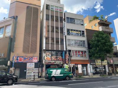 一番左が「日本橋駅」②出入口のあるパチンコ屋、その2件隣にお越しください。 - L&Cスペース日本橋駅前 A号室の外観の写真