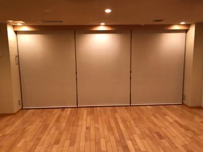 鏡はロールカーテンを閉められます - 恵比寿カルフール スタジオの室内の写真