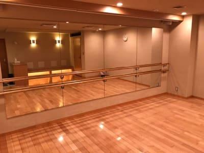 鏡前にはバレエバー - 恵比寿カルフール スタジオの室内の写真