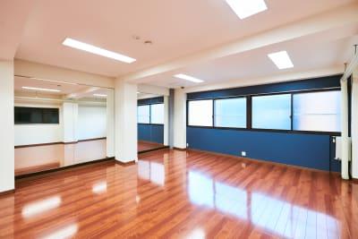 鏡前 - 時々海風が吹くスタジオ 多目的スペースの室内の写真