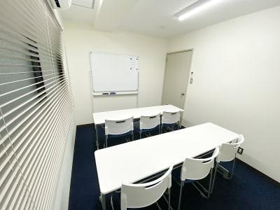 共栄実業(株) エイトビル うめきた会議室235号室(6名)の室内の写真