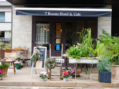 7RoomsHotel&Cafe ホテル併設のお花カフェ!の入口の写真