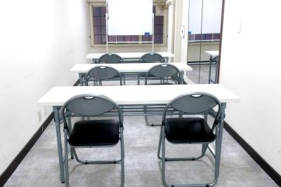 会議室のレイアウトです。 これ以外にも丸椅子のご用意があります。 - レンタルスペース zest 2階 会議室、サロンスペース!の室内の写真