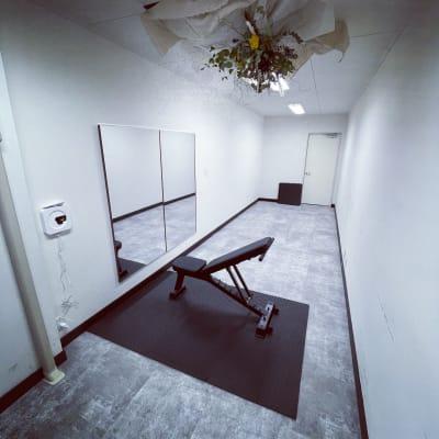 フィットネス設備もありますので、ヨガやダンスなどにもお使い頂けます。 - レンタルスペース zest 2階 会議室、サロンスペース!の室内の写真