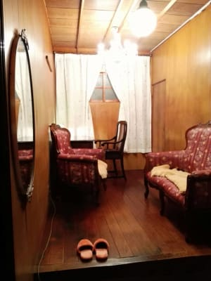 大正浪漫風の応接とデスクのセットをご準備。エアコンは左手上部にあります。 - Toga40(とがよんじゅう) 貸し個室の室内の写真